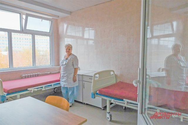 Каждый бокс инфекционного отделения постарались превратить в маленький дом, где можно выздоравливать с максимальным комфортом.