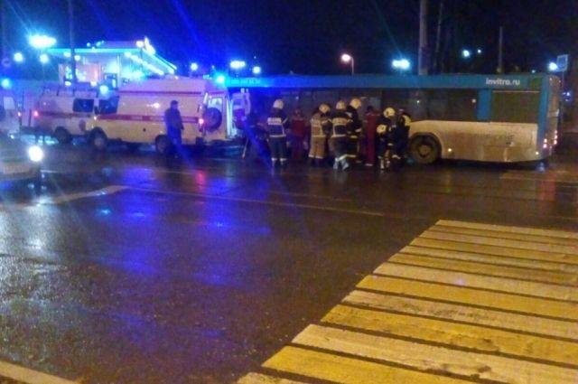 На место приехали спасатели, пожарные, врачи скорой помощи и сотрудники ГИБДД