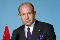 Алексей Леонов является дважды Героем Советского Союза.