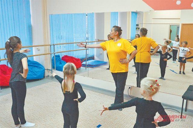 На занятиях у детей развиваются координация и гибкость, они учатся акробатическим и танцевальным элементам.