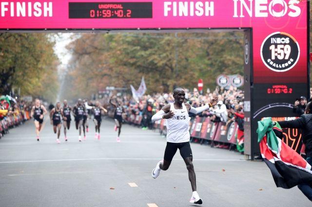 Кенийский бегун впервые в истории пробежал марафон менее чем за два часа