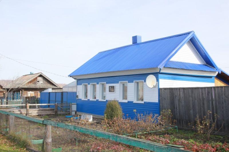В этом доме 30 мая 1934 года родился будущий космонавт - восьмым ребёнком в большой семье Леоновых. Улица называется Космической.