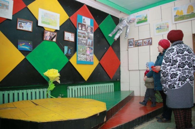 Экспозиция предметов и фотографий, связанных со знаменитым земляком, в местном ДК.