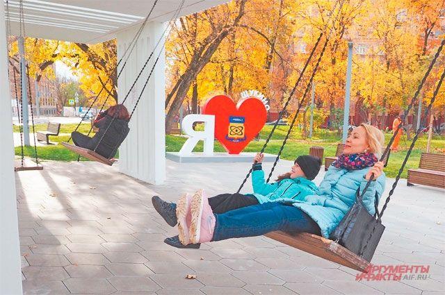 Качели в благоустроенном сквере рядом с площадью Академика Курчатова уже полюбились местным жителям.