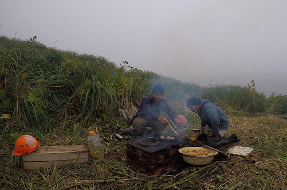 Геологи готовят на обед ландорики