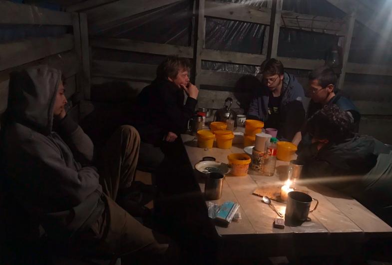 По вечерам все по очереди читали вслух и обсуждали книги