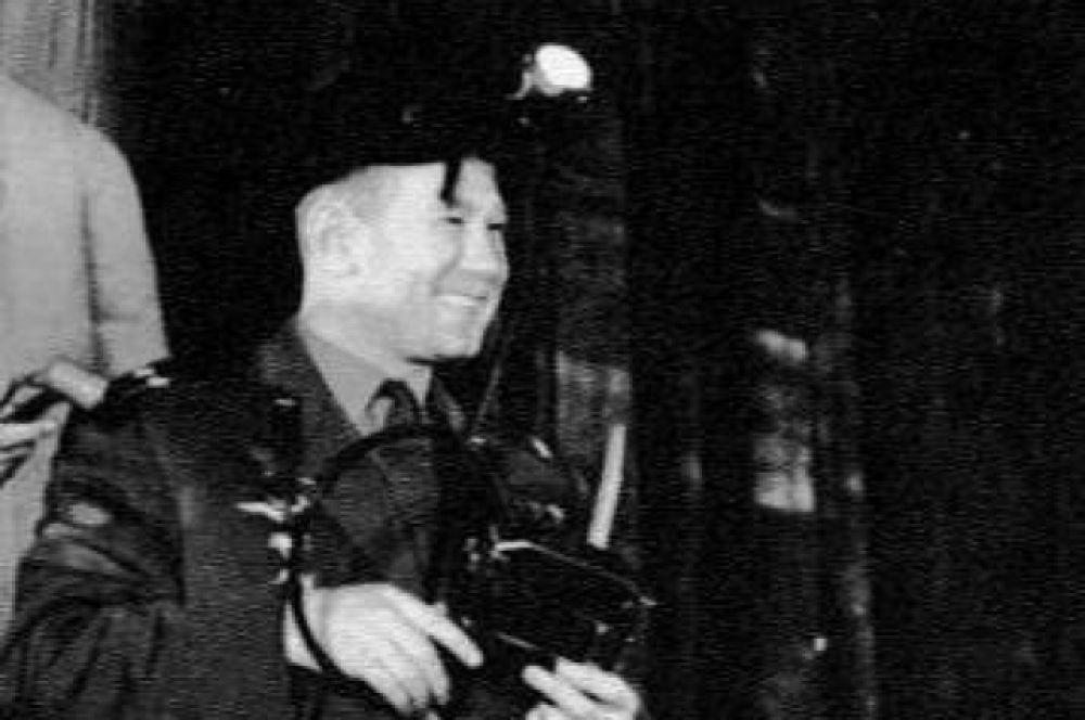 В 1965 г. на шахте «№ 3-3 бис» в Прокопьевске Леонов, через несколько месяцев после выхода в открытый космос, впервые побывал под землёй. После этого шахтёр, герой соцтруда Николай Кочетков вручил Леонову шахтёрскую каску, с которой он спускался в забой.  Прокопьевск, 5 ноября 1965 г.