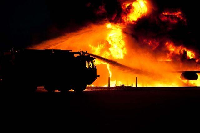 Огонь распространился на площади около тысячи квадратных метров.