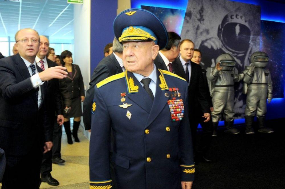 «Я постараюсь быть хорошим аэропортом!» - эту памятную фразу Алексей Леонов произнёс в день присвоения его имени кемеровскому аэропорту. Кемерово, январь 2013 г.