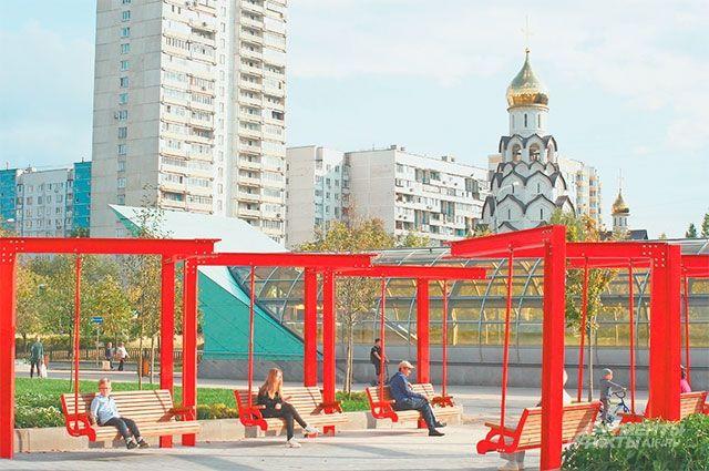 У станции метро «Строгино» благодаря программе «Мой район» установили большие качели.