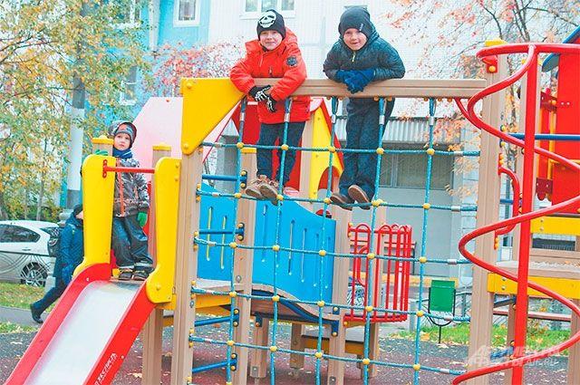 Новые детские площадки во дворе ул. Твардовского, д. 13, корп. 2, появились благодаря программе «Мой район».