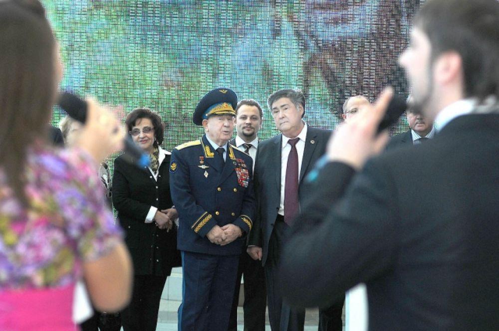 Алексей Леонов с женой Светланой и губернатором Аманом Тулеевым на торжестве в честь присвоения его имени кемеровскому аэропорту. Кемерово, январь 2013 г.