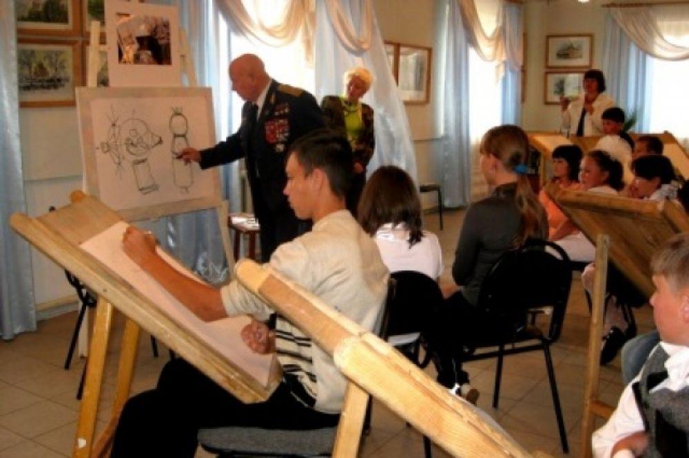 Легендарный земляк провёл мастер-класс для воспитанников художественной школы, названной в честь него. Тема урока – космос глазами художника. Тисуль, август 2009 г.