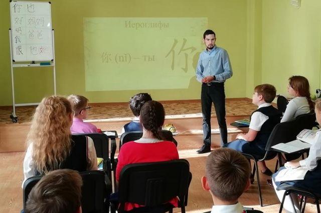Почти 800 ребят изучают в школах китайский язык.