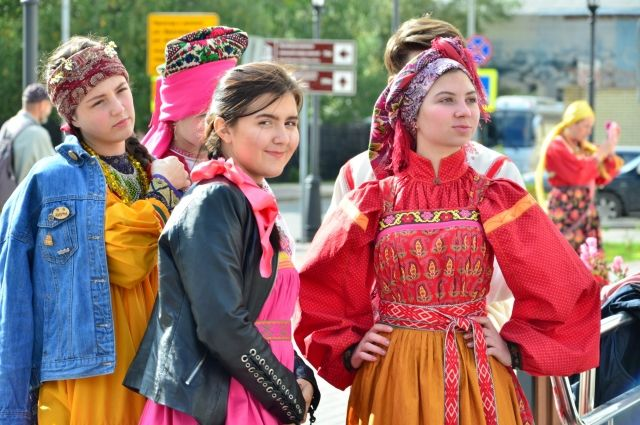На дефиле представлен русский костюм.