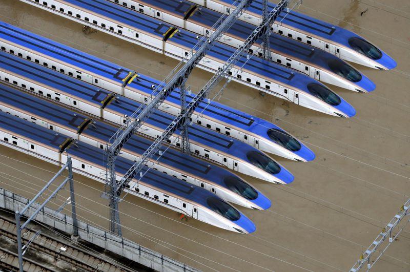 Затопленные сверхскоростные пассажирские экспрессы «Синкансэн» в Нагано.