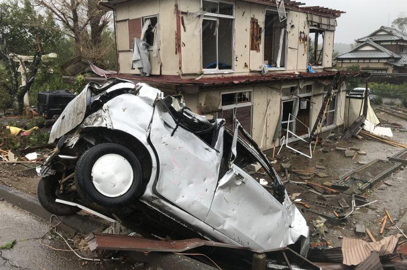 Последствия торнадо, обрушившегося на префектуру Тиба недалеко от Токио.