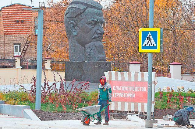 В районе идут планомерные работы по благоустройству. Сейчас обновляется площадь Академика Курчатова.