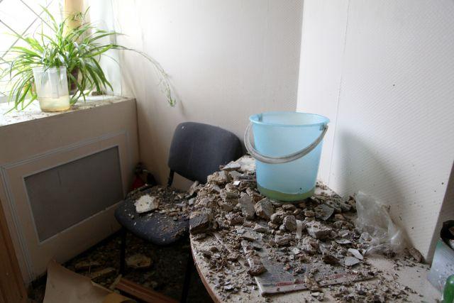Сначала она подумала, что за окно идет ливень и этот шум от грома, однако все оказалось иначе: в комнате порвался натяжной потолок, в квартиру упали камни и грязь.