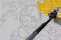 В Оренбурге художники «Стенограффии» рисуют на доме рыжую девочку.