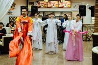 Главная отличительная черта корейского национального костюма - бант, на который завязывается рубашка чогори