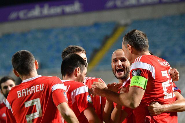 Игроки сборной России радуются забитому голу в отборочном матче чемпионата Европы по футболу 2020 между сборными Кипра и России.