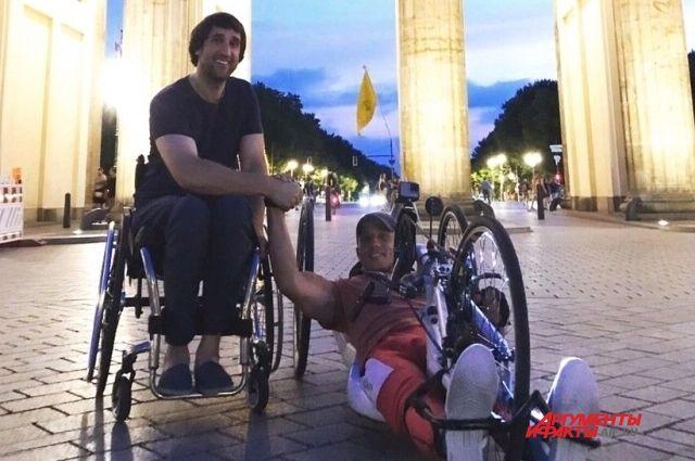 Дмитрий с другом у Бранденбургских ворот