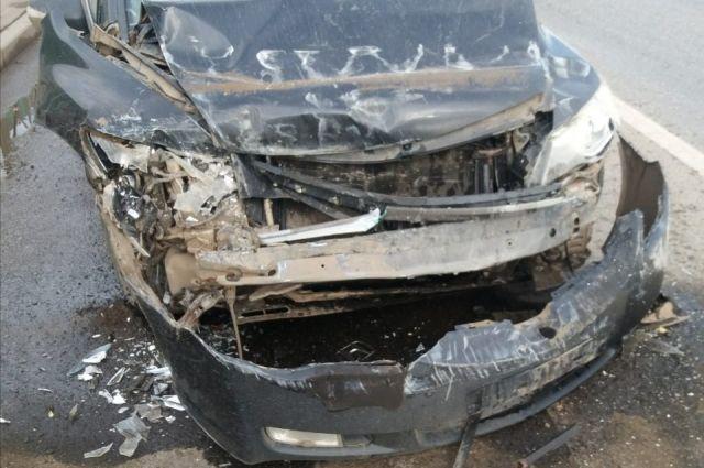 Из-за выехавшего на дорогу КамАЗа водителю иномарки не удалось избежать столкновения с автобусом.