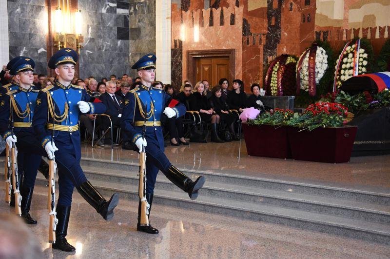 Военнослужащие роты почетного караула на церемонии прощания.