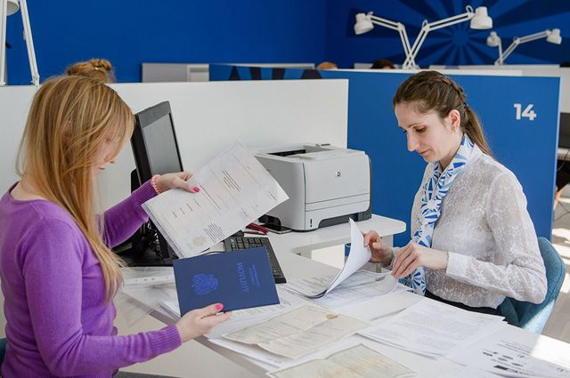 Карьерный консультант составит индивидуальный план обучения или получения новой профессии, при необходимости направит к психологу или на тренинг, подберёт вакансии, поможет с составлением резюме и подготовит к собеседованию.