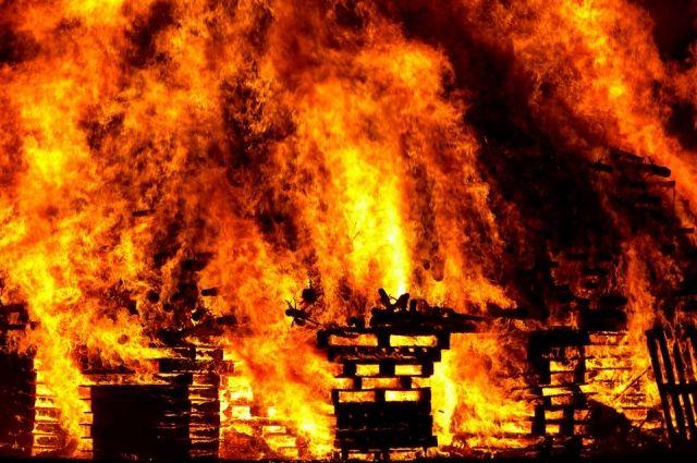 На улице Калинина в Кудымкаре из-за неосторожного обращения с огнём вспыхнул двухэтажный деревянный нежилой дом