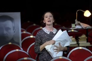 Евгения Симонова в роли Лики в спектакле «Московский хор» в постановке Никиты Кобелева.
