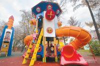 В хорошую погоду эта игровая зона всегда полна детей.