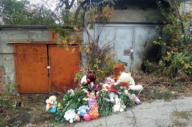 Игрушки и цветы на месте убийства девочки в Саратове.