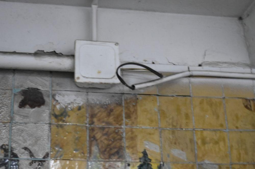 В некоторых местах торчат провода.
