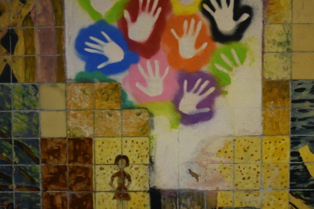 В последнее время поверх детских работ стали появляться некачественные рисунки, граффити и надписи.