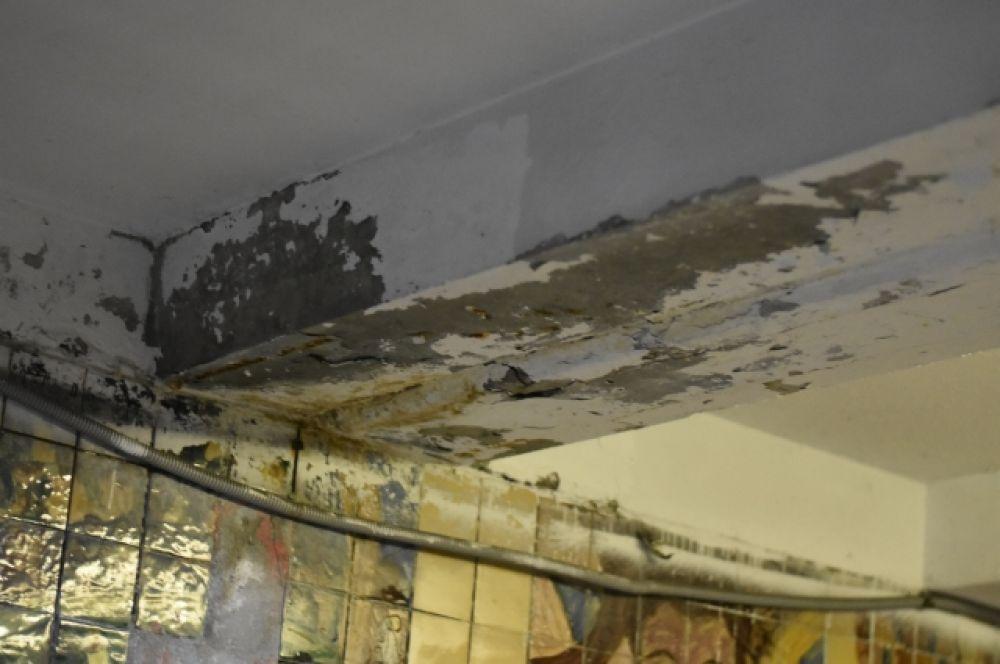 Потолок тоже не в самом лучшем виде.