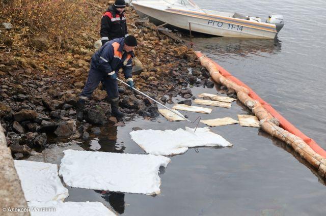Сорбционной материал впитывает нефтепродукты с поверхности реки.