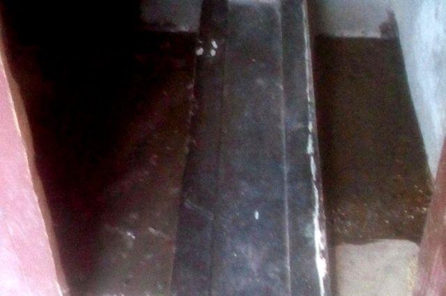 В тюменской пятиэтажке по улице Малышева прорвало канализацию