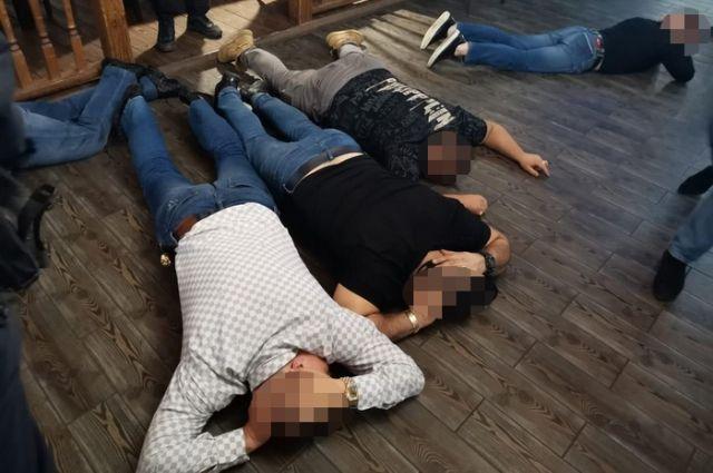 В Оренбурге полицейские задержали 8 человек с оружием.