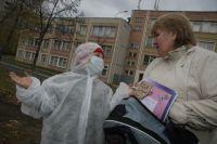 Общевойсковой защитный костюм предотвратит пневмонию. Но как правило достаточно медицинской маски и мытья рук.