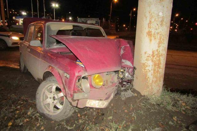 В Ижевске водитель на ВАЗе седьмой модели врезался в столб