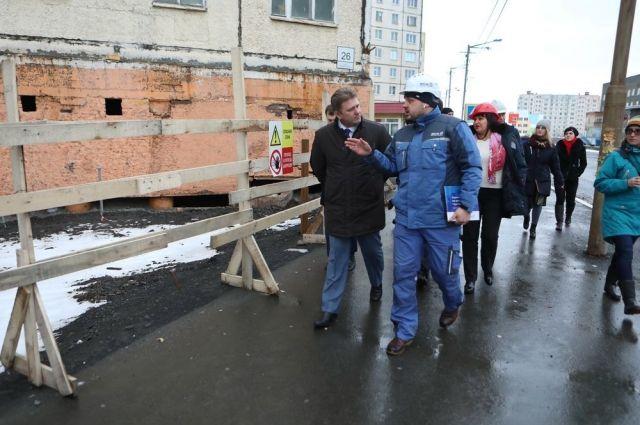 Министр проверил ход ремонта в домах города.