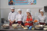Халимат Акбаева проподит мастер-класс по приготовлению крым хычинов