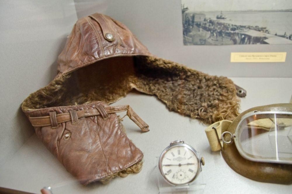 Шлем лётчика, часы и очки. Предоставлено Музеем городского быта.