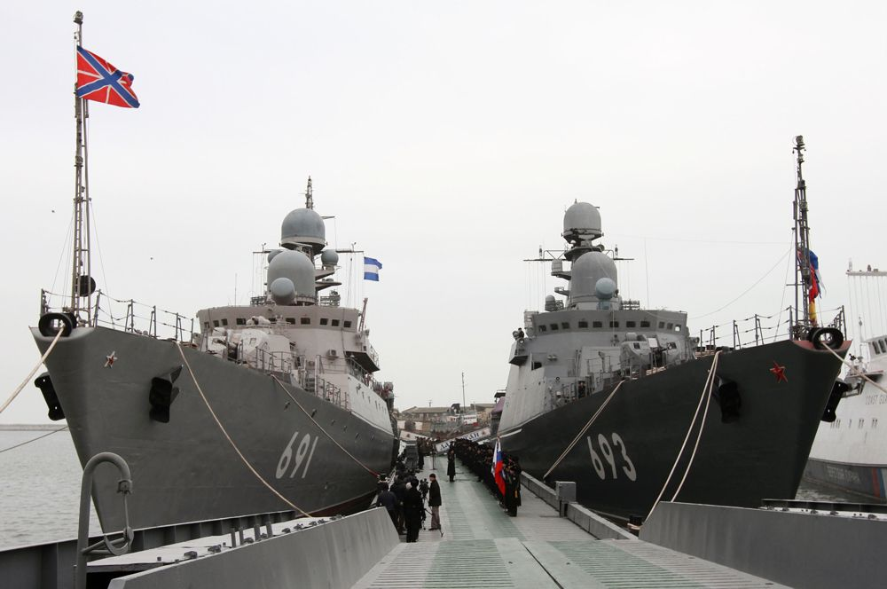 Сторожевой корабль «Татарстан» (слева) — флагман Каспийской флотилии. Основное оружие — комплекс «Уран» с противокорабельными крылатыми ракетами типа Х-35. Рядом на фото — корабль этого же проекта «Дагестан» — он является первым кораблем ВМФ России, вооруженным универсальным ракетным комплексом «Калибр-НК», в составе которого может применяться несколько типов высокоточных крылатых ракет, способных наносить удары по надводным, подводным и береговым целям на удалении до 300 км.