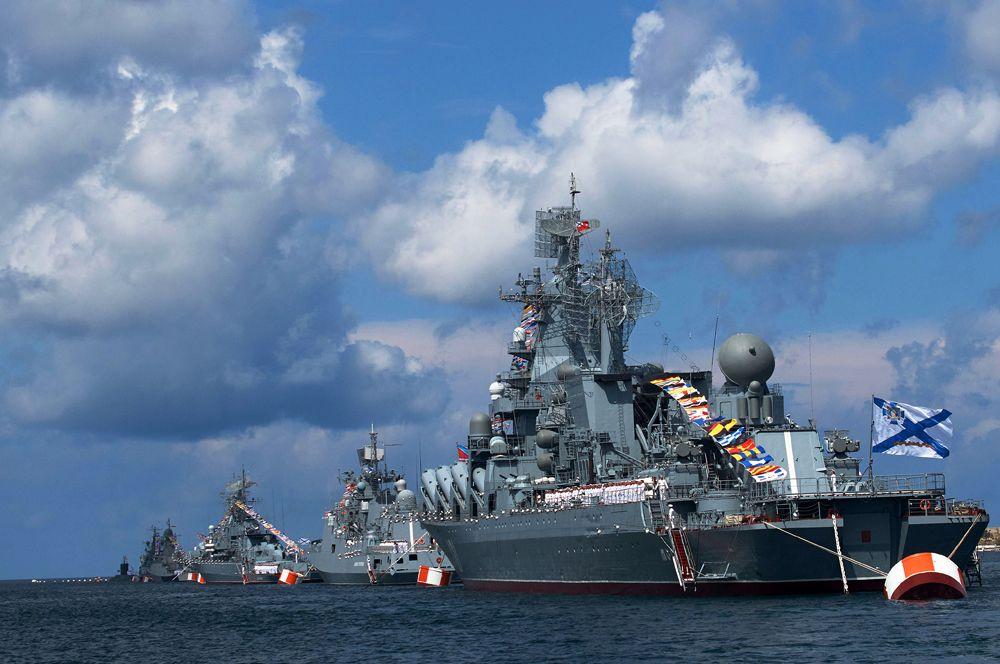 Ракетный крейсер «Москва» — флагман Черноморского флота. Корабль вооружен противокорабельными ракетами П-1000 «Вулкан», зенитным ракетным комплексом «Оса-АК» и 300Ф «Форт». Артиллерийское вооружение включает 130-мм установку АК-130.