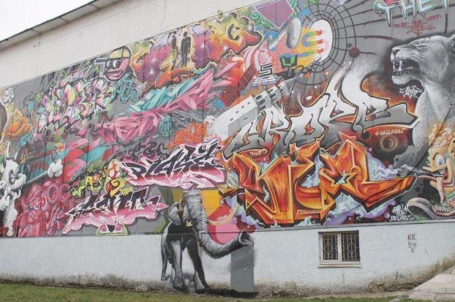 Слоны, львы, люди, башни, надписи - всё смешалось на стене кинотеатра «Современник», расписанной во время фестиваля осенью 2019 года.
