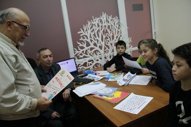 Дети учат абазинский алфавит