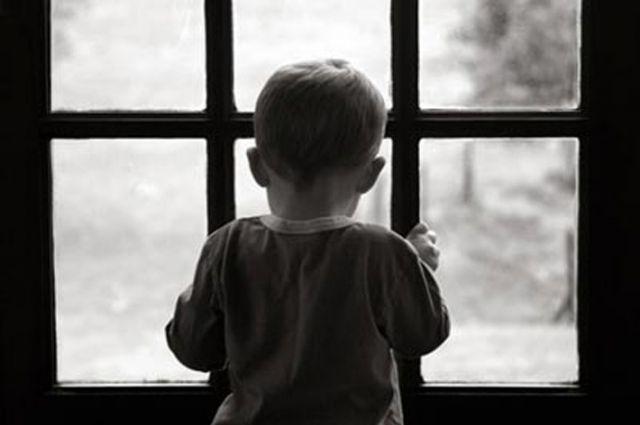 Остался в комнате один: на Закарпатье с пятого этажа выпал ребенок